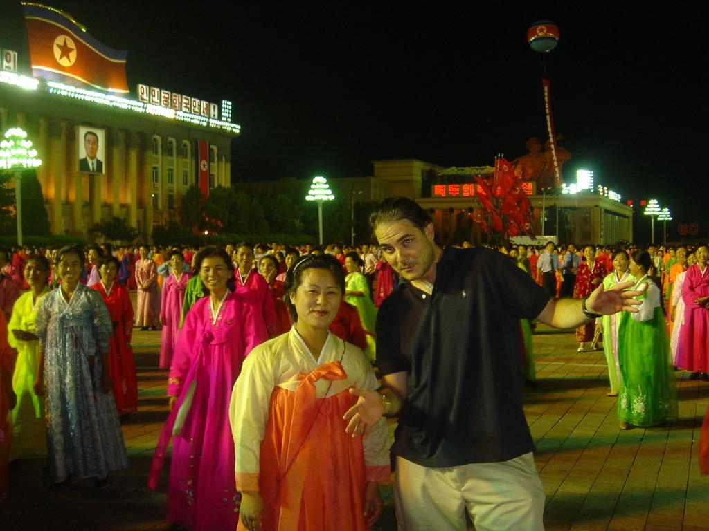José Antonio con bailarina en Pyongyang