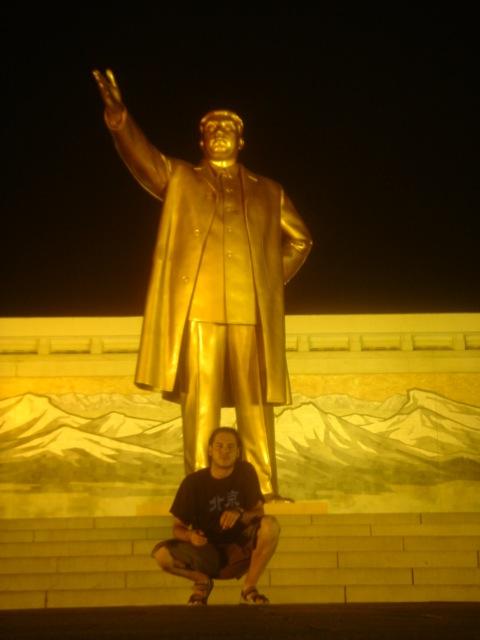José Antonio con estatua de Kim Il-Sung